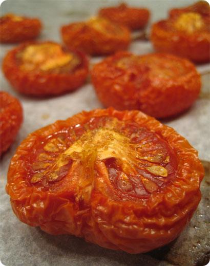 Uunissa kuivatut tomaatit